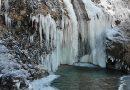 """شلالات """"كيرلويك"""" المتجمدة في تركيا تجذب السياح خلال الشتاء"""