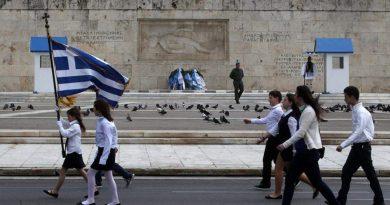 وزير التعليم اليوناني يضع قواعد لاختيار حاملي الأعلام في مسيرات الأعياد الوطنية