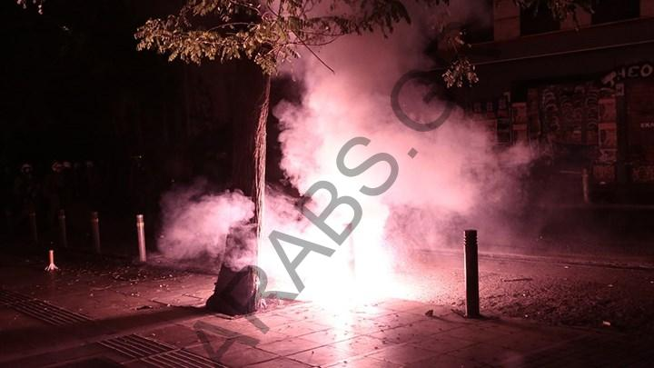 بالصور والفيديو  الشرطة اليونانية تعتقل مجموعة من المتظاهرين خلال إحياء ذكرى انتفاضة الطلبة