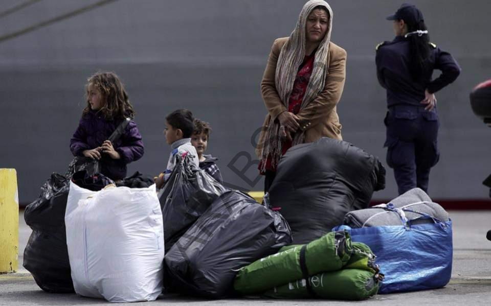 نقل 70 مهاجراً من الجزر اليونانية إلى البر الرئيسي