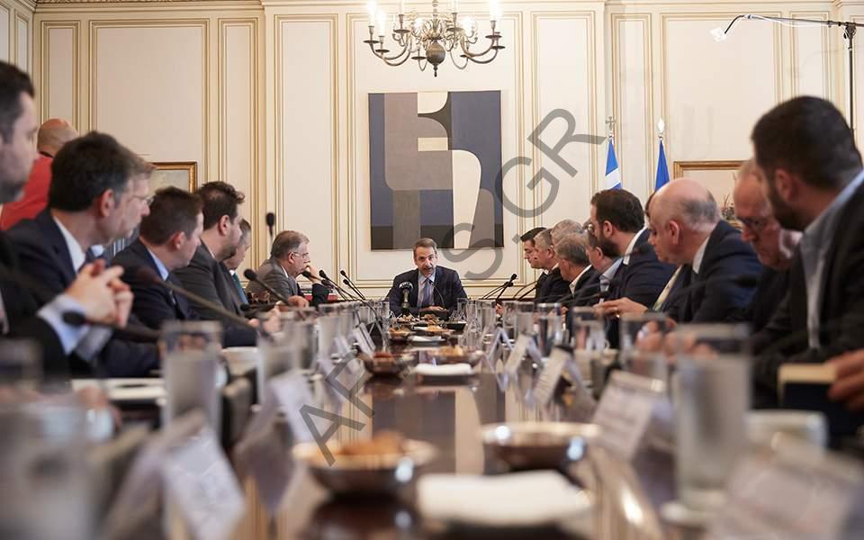 ميتسوتاكيس يجتمع مع حكام الأقاليم في اليونان لمناقشة خطة نقل المهاجرين من الجزر إلى البر الرئيسي