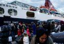 اليونان: نقل مئات المهاجرين إلى البر الرئيسي من مخيمات مكتظة
