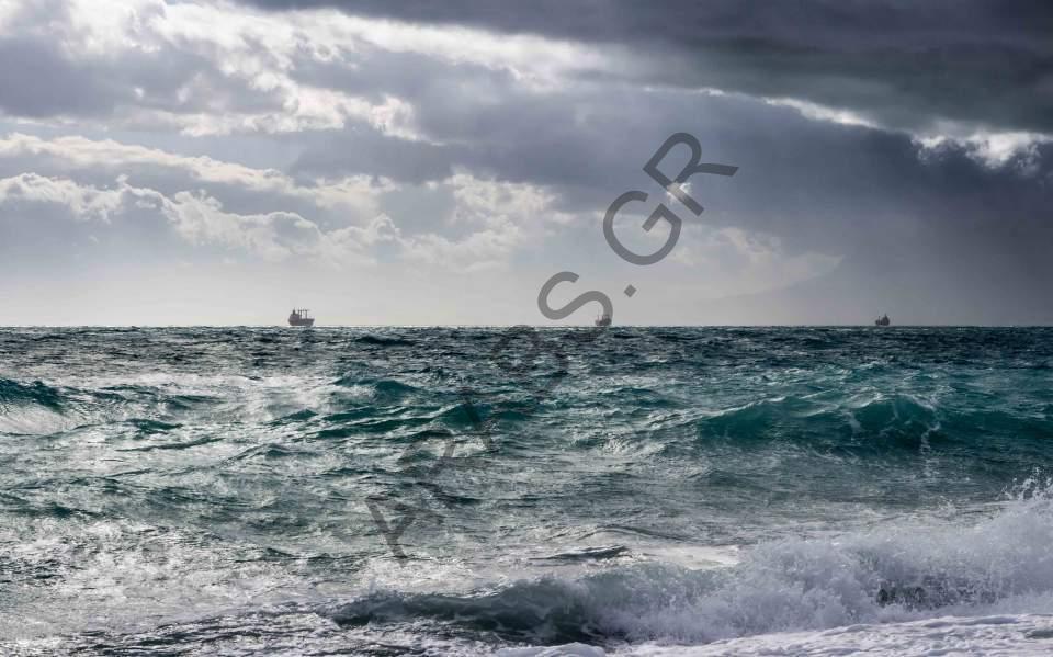 خفر السواحل اليوناني ينقذ طاقم سفينة شحن في بحر إيجه