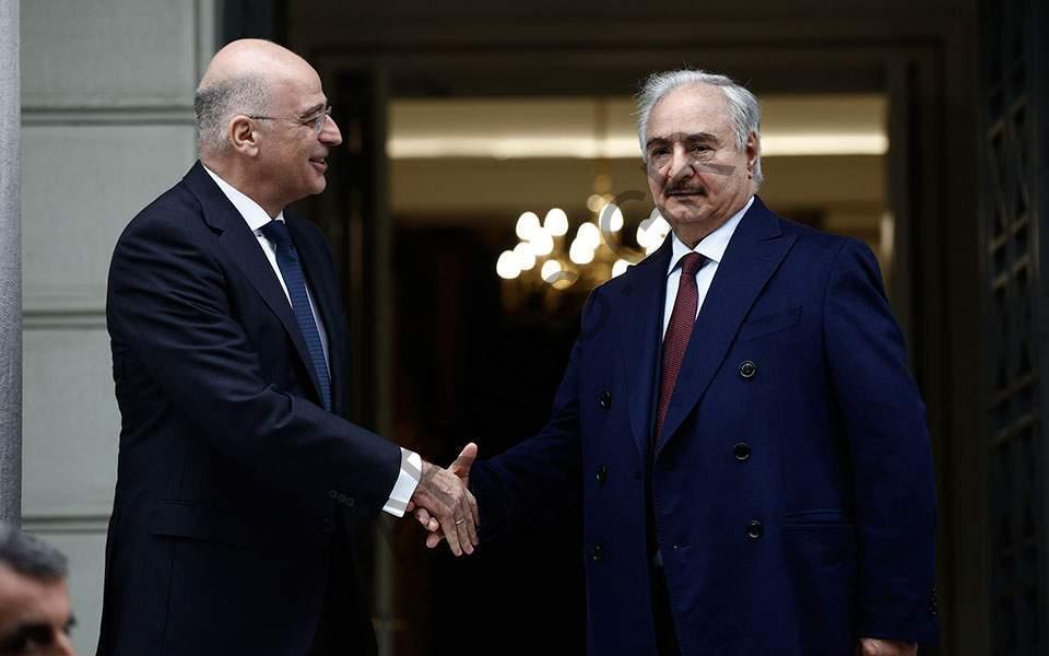 وزير الخارجية اليوناني يجري محادثات مع خليفة حفتر في أثينا